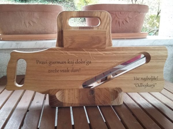 Lesena mesoreznica z gravuro