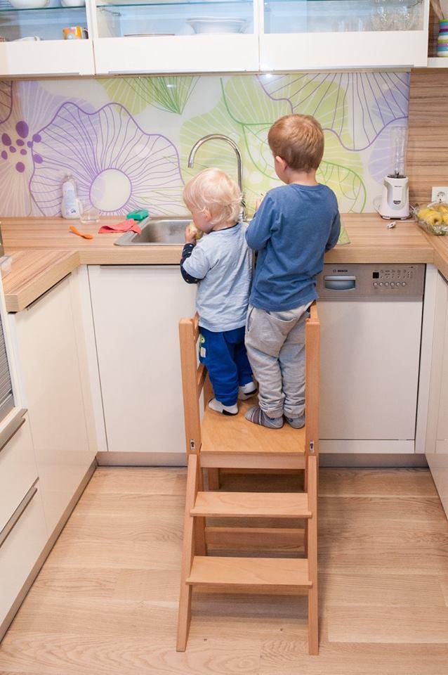 kuhinjska pomočnika na otroškem stolu